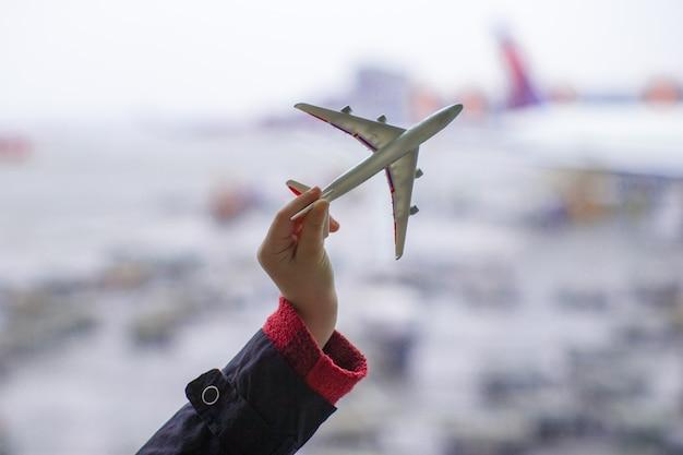 Silhouette di un piccolo modello di aeroplano in aeroporto Foto Premium