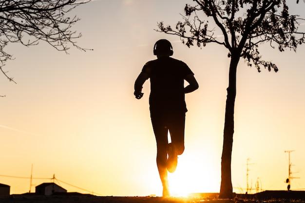 Silhouette di un uomo che corre. Foto Premium