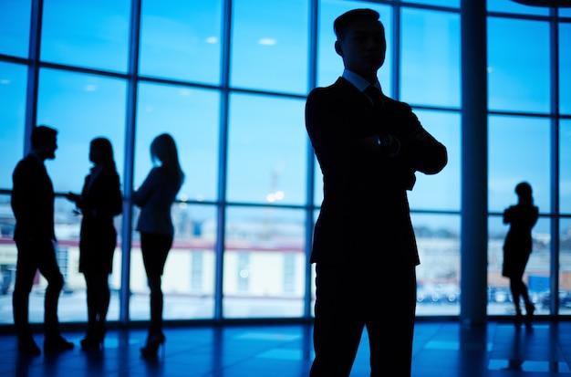Silhouette di un uomo fiducioso in ufficio Foto Gratuite