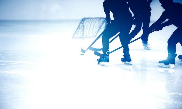 Silhouette girato gioco di ghiaccio-hockey in stagione invernale gioco Foto Premium