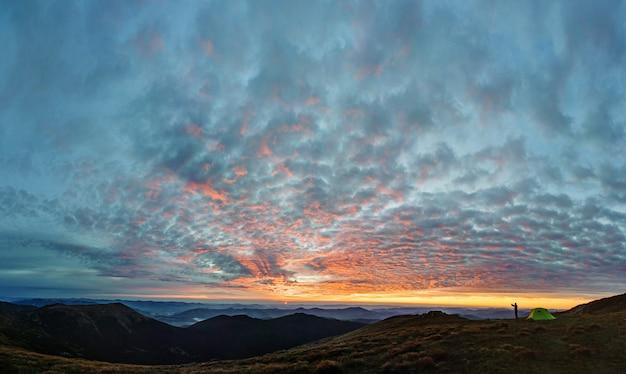 Siluetta dell'uomo che prende immagine del paesaggio di montagna Foto Premium