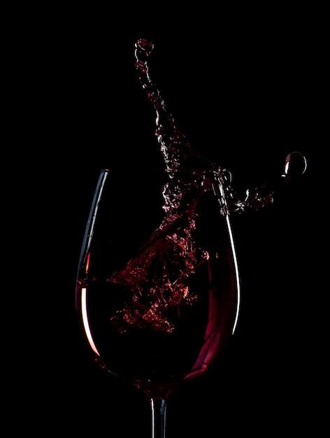 Siluetta della spruzzata del vino rosso isolata Foto Premium