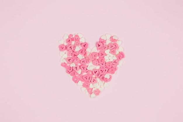 Simbolo del cuore di coriandoli di carta Foto Gratuite