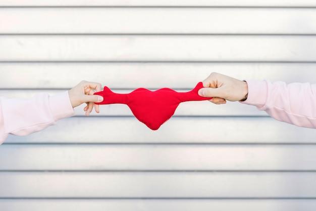 Simbolo del giocattolo della tenuta delle coppie di cuore Foto Gratuite