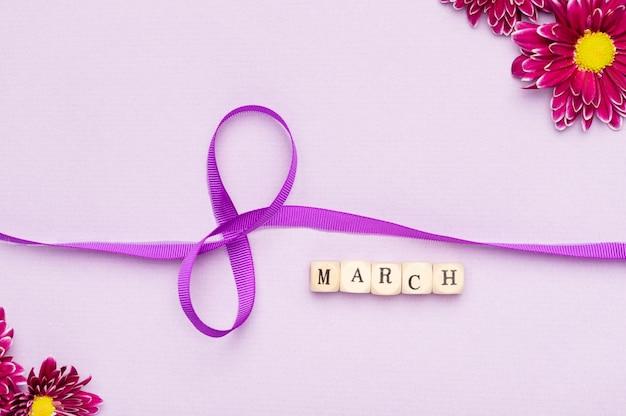 Simbolo del nastro giorno delle donne sveglie con i fiori Foto Gratuite