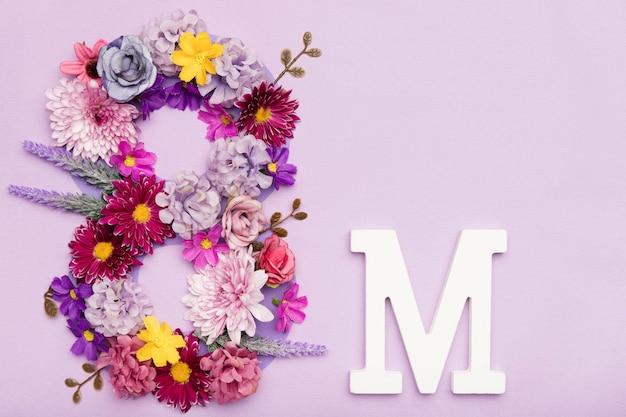 Simbolo dell'8 marzo fatto di fiori Foto Gratuite