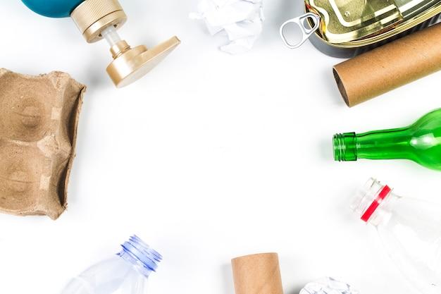 Simbolo di riciclaggio di eco residuo con lo smaltimento dell'immondizia sulla vista superiore del fondo di legno della tavola Foto Gratuite