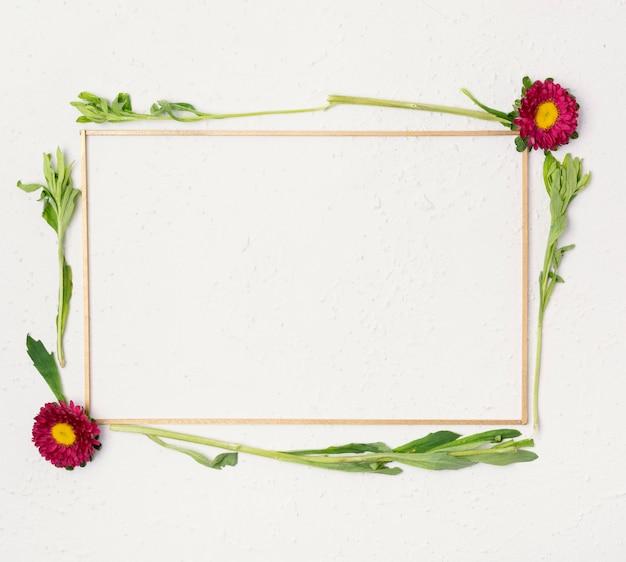 Simpatica cornice per fiori piccoli e naturali Foto Gratuite