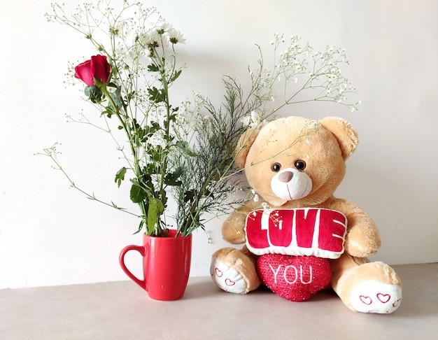 Simpatico orsacchiotto con fiori Foto Premium
