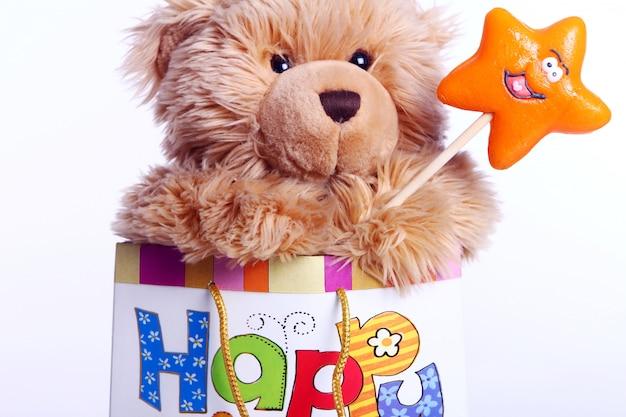 Simpatico orsacchiotto nella confezione regalo Foto Gratuite