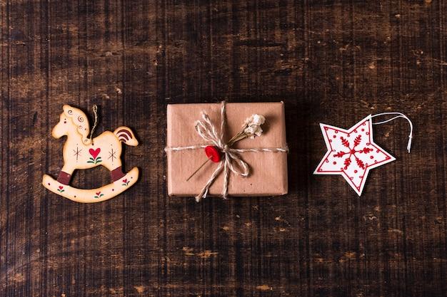 Simpatico regalo avvolto con ornamenti natalizi Foto Gratuite