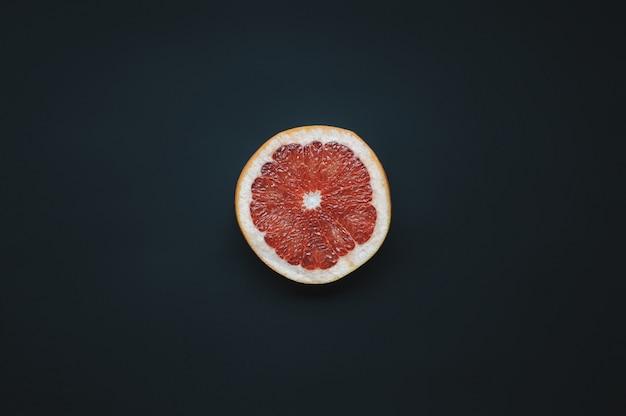 Singola fetta di pomelo. Foto Premium