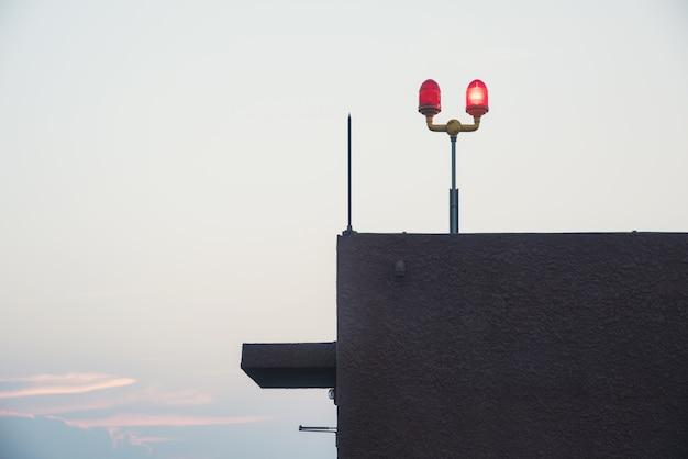 Sirena sul cielo della torre del ponte sul tetto Foto Premium