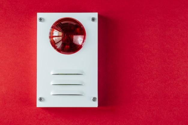 Sistema di sicurezza antincendio su uno sfondo rosso Foto Premium