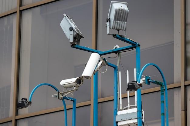 Sistema di sicurezza della videocamera sul muro dell'edificio. Foto Premium