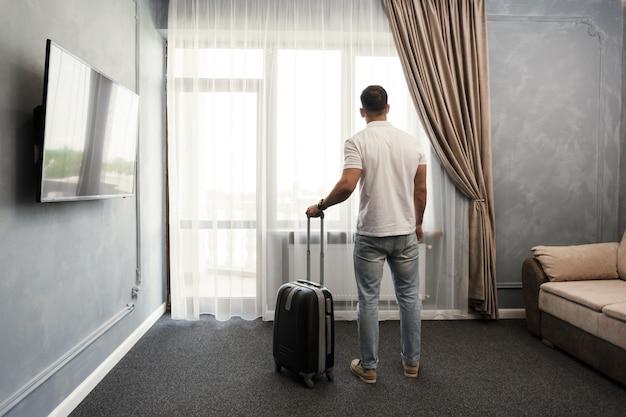 Sistemazione della camera di albergo del viaggiatore d'affari del giovane Foto Premium