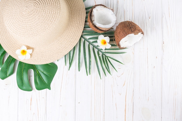 Sistemazione di vacanze tropicali con cappello di paglia Foto Gratuite