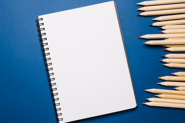 Sketchbook e matite Foto Gratuite