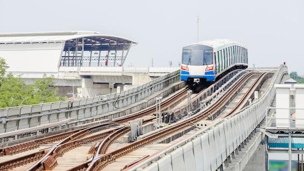 Sky train a bangkok in esecuzione su una ferrovia in acciaio alla stazione Foto Premium