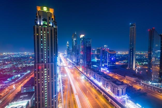 Skyline della città di notte di dubai Foto Premium