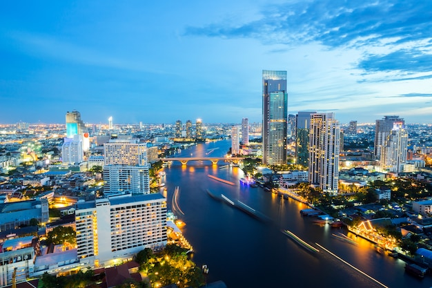 Skyline di bangkok al crepuscolo Foto Premium