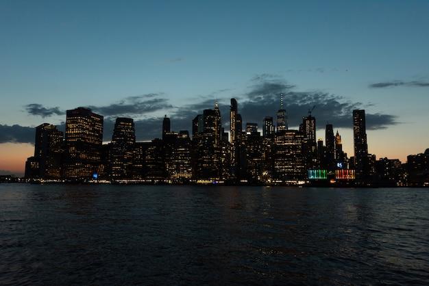 Skyline di manhattan la sera Foto Gratuite