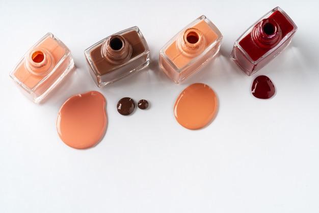 Smalto per unghie di colori nudi versato Foto Premium