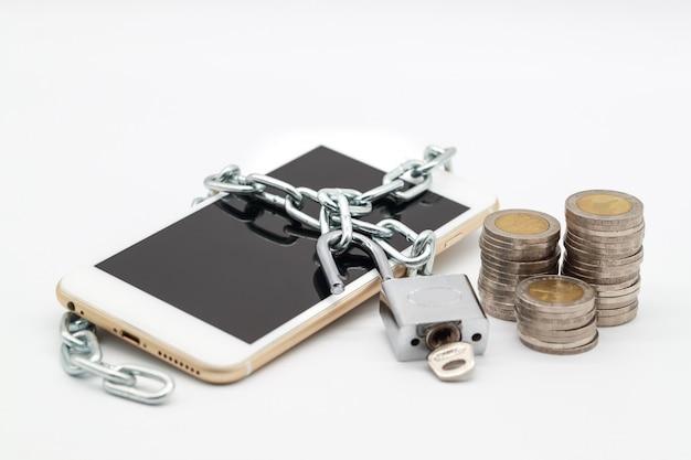 Smart phone con catena di sblocco e denaro isolato Foto Premium