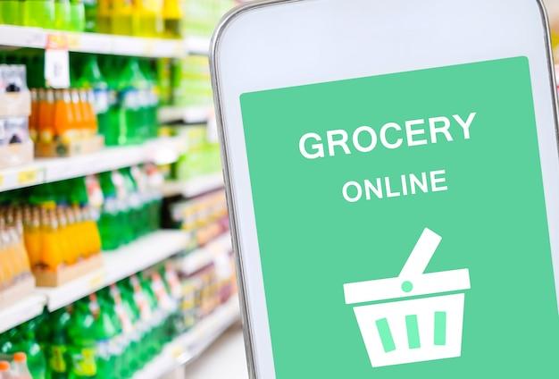 Smart phone con fare la spesa online sullo schermo Foto Premium