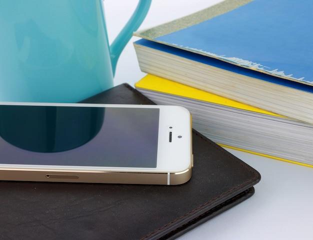 Smart phone e libri Foto Premium