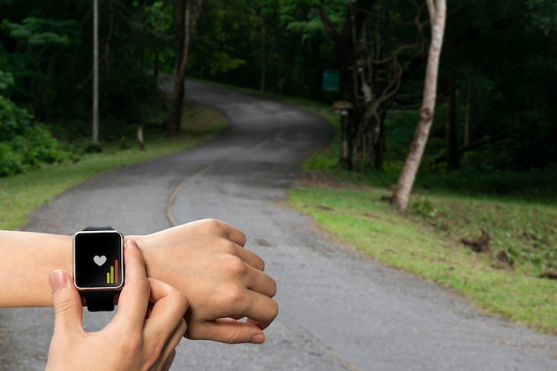 Smart watch a portata di mano per controllo sanitario, trail running Foto Premium