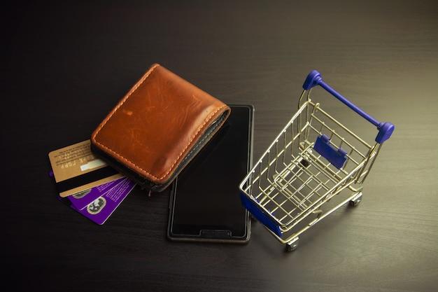 Smartphone con carrello su legno Foto Premium