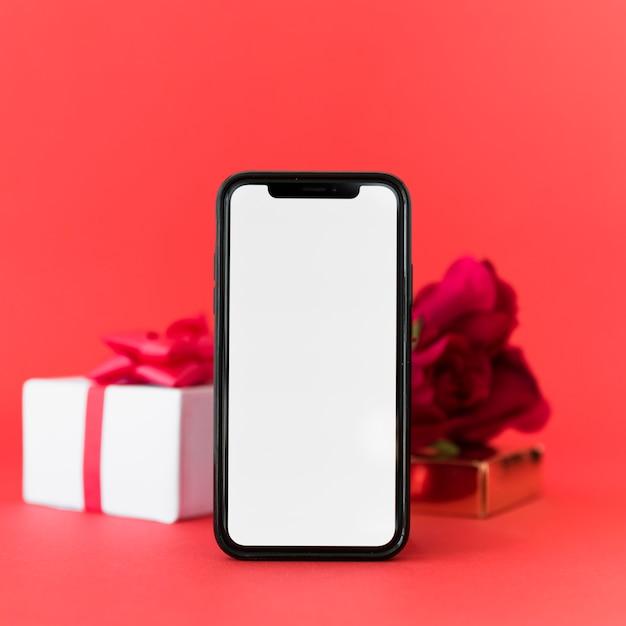 Smartphone con schermo vuoto e regalo Foto Gratuite
