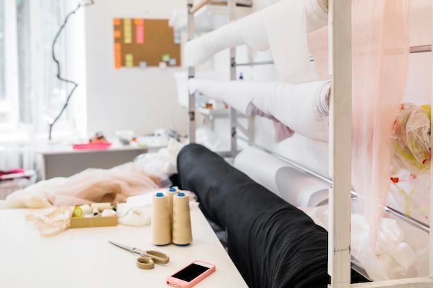 Smartphone e accessori da cucire sul banco di lavoro Foto Gratuite
