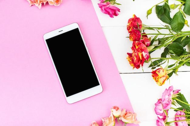 Smartphone, rose sul tavolo Foto Premium