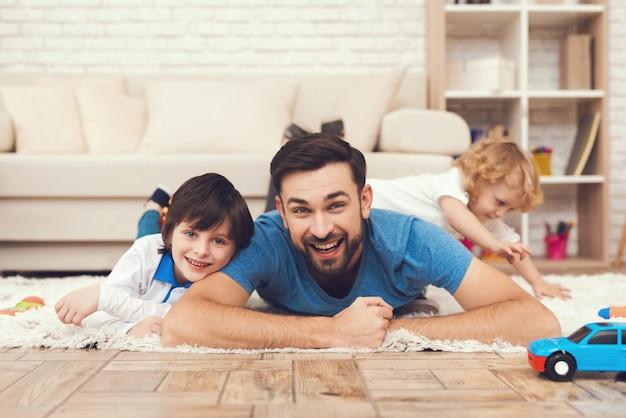 Smile father and happy sons sta giocando con i giocattoli Foto Premium