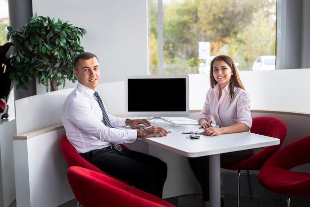 Smile venditori di auto in ufficio Foto Gratuite