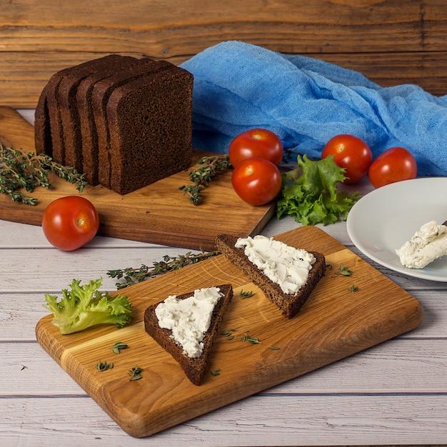Snack sani panini con formaggio di capra, insalata, pomodorini Foto Premium