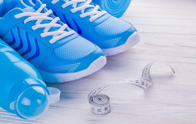 Sneaker scarpe tappetino bottiglia di acqua nastro di misurazione Foto Premium
