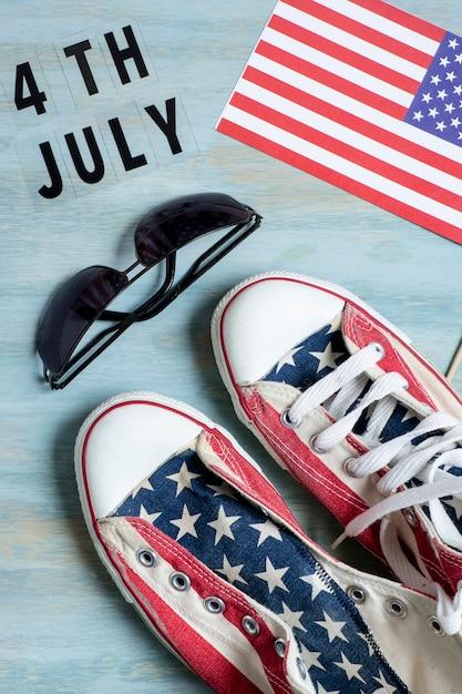Sneakers e occhiali da sole bandiera usa vista dall'alto Foto Gratuite
