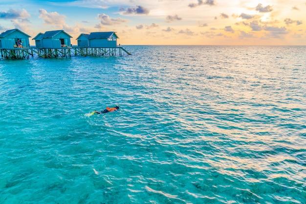Snorkeling nell'isola tropicale delle maldive. Foto Premium