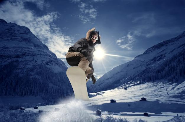 Snowboard in montagna Foto Premium