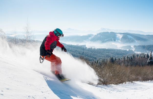 Snowboarder professionista a cavallo in montagna Foto Premium