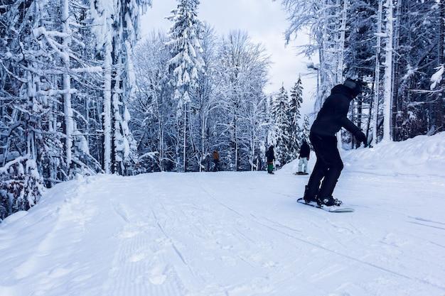 Snowboarder sulla collina Foto Premium