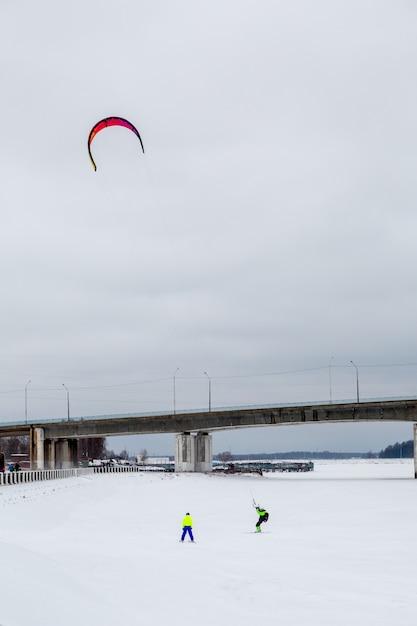 Snowkite invernale sul lago Foto Premium