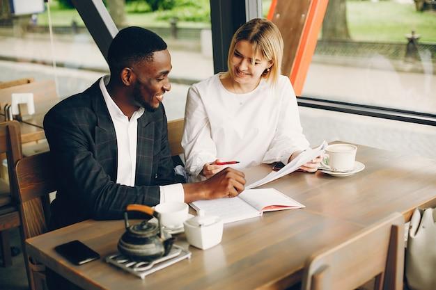 Soci in affari seduti in un caffè Foto Gratuite