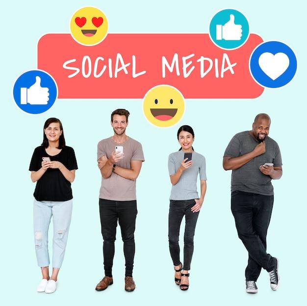 Social media dipendenti da persone che usano i loro telefoni Foto Premium