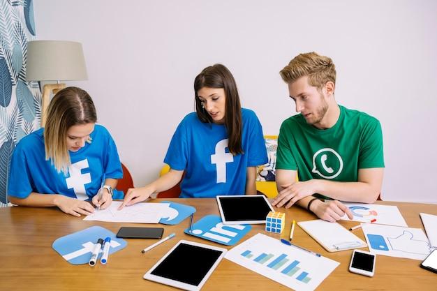 Social media team discutendo piano sul posto di lavoro Foto Gratuite