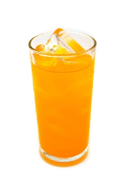 Soda arancio con ghiaccio in vetro su fondo bianco Foto Premium