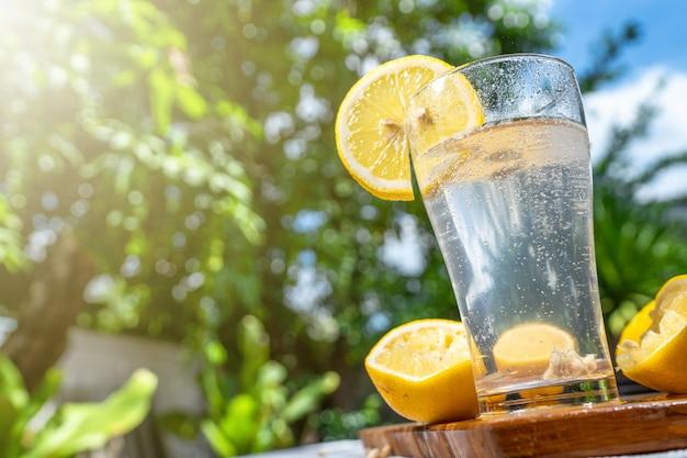 Soda lamon water in vetro trasparente Foto Premium